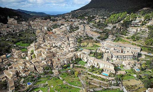 Vista aérea del núcleo urbano de Valldemossa.