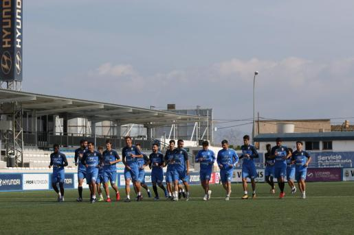 Imagen de la plantilla del Atlético Baleares durante la sesión preparatoria celebrada este viernes en Son Malferit.