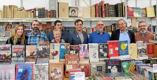 Libreros, representantes del Consell y escritores, este viernes, en el Centre Cultural La Misericòrdia.