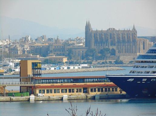 El perfil de la primera Estación Marítima, diseñada para trasatlánticos de cruceros, forma parte del paisaje portuario desde 1961. Su torre fue vanguardista en Palma por su arquitectura con fachada de cristal.