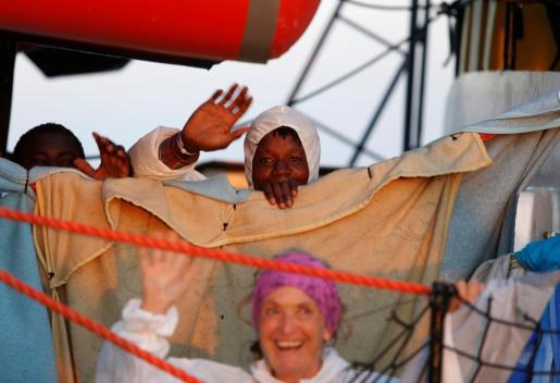 El 'Alan Kurdi', que partió de Palma, lleva diez días de navegación sin poder atracar.