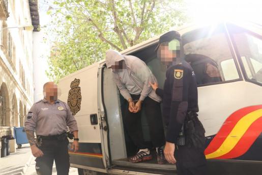 Momento en el que uno de los detenidos es introducido en los juzgados de Palma este sábado.