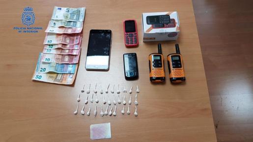 Efectos incautados durante la operación que culminó con la desarticulación de dos puntos de venta de droga.