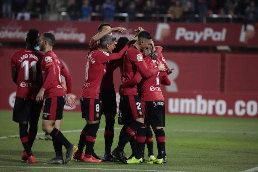 Los jugadores del Real Mallorca celebran uno de los tantos en la victoria ante el Real Zaragoza en Son Moix.
