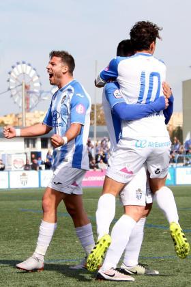 Los jugadores del Atlético Baleares Kike López, Hugo Díaz y Francesc Fullana celebran el tanto de la victoria ante el Peralada en Son Malferit.