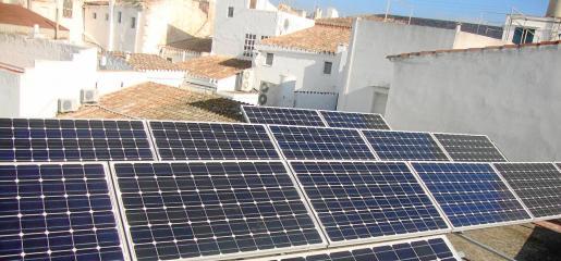 El ahorro energético en una vivienda con una instalación fotovoltaica puede alcanzar los 675 euros anuales y su coste ronda los 6.500 euros.