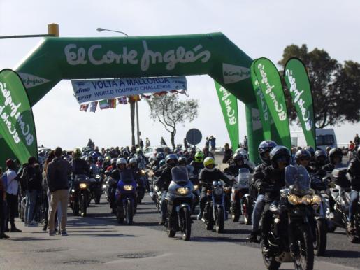 Instante de la salida de la Vuelta a Mallorca en Moto, que recorre este domingo la Isla.