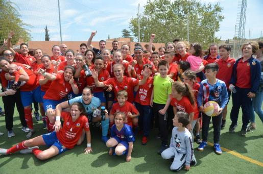 Las jugadoras del Collerense celebran el ascenso a Primera B tras superar al Son Sardina (0-2) en la penúltima jornada de liga.