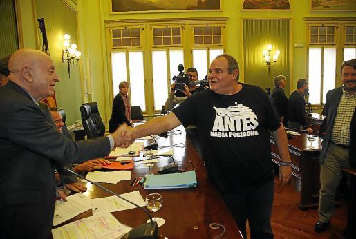 Un saludo entre rivales. El diputado de Podemos Aitor Morrás saluda a Abel Matutes el día que compareció en el Parlament en la comisión sobre las autopistas de Ibiza. La modificación de la ley que denuncia Matutes también partió de Podemos.