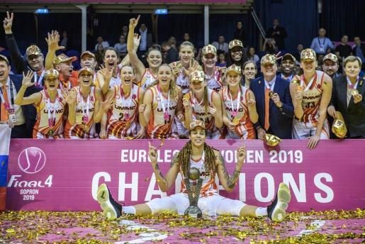 Las jugadoras del Ekaterimburgo, con Alba Torrens, posan con su trofeo.