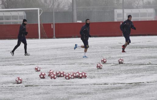 Los jugadores del Mallorca entrenaron ayer bajo la nieve.