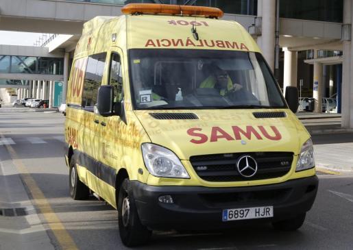 Una ambulancia del SAMU 061 ha trasladado al hombre hasta Son Espases.