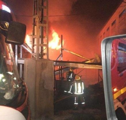 Imagen de las labores de extinción de los bomberos.