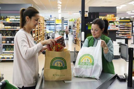 Mercadona elimina las bolsas de plástico de un solo uso.