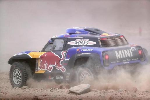 Carlos Sainz conduce su vehículo Mini durante el pasado Rally Dakar.