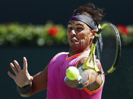 Rafael Nadal golpea la bola durante un reciente partido.