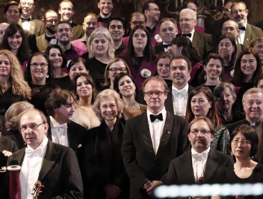 La reina Sofía sonriente al final del recital entre Pablo Mielgo y Joan Company