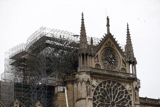 Vista de parte de la estructura la catedral de Notre Dame afectada, este martes, jornada dedicada a evaluar los daños sufridos por el terrible incendio que se declaró en la tarde de este lunes.