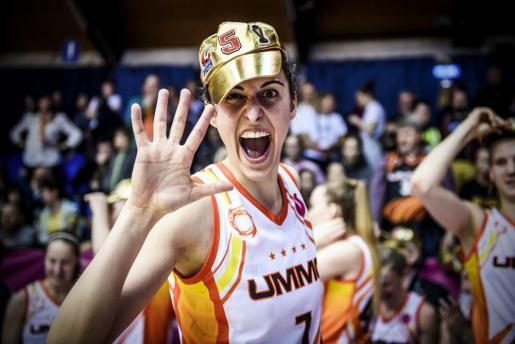 Alba Torrens celebra su quinto título de la Euroliga Femenina.