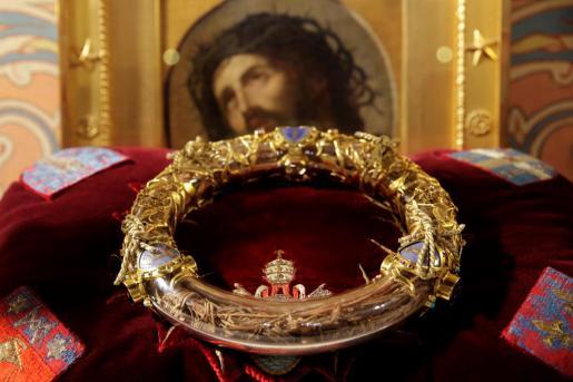 Imagen de la Corona de Espinas, una de las joyas que los bomberos han conseguido rescatar del incendio de la catedral de Notre Dame.