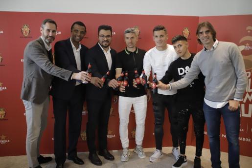 Vicente Moreno, Maheta Molango, Rubén Forcada, responsable de Trade Marketing en Baleares de Damm, Salva Sevilla, Marc Pedraza, Leo Suárez y Dani Pendín brindan durante el acto.