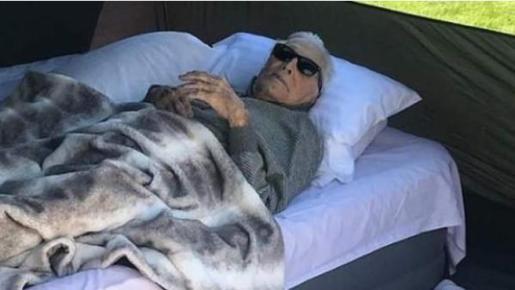 Sorprende la imagen de Kirk Douglas de acampada a sus 102 años, aunque fuese en el jardín de su nieto.