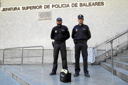 El agente Francisco y Gustavo, inspector jefe de la unidad, en la Jefatura.