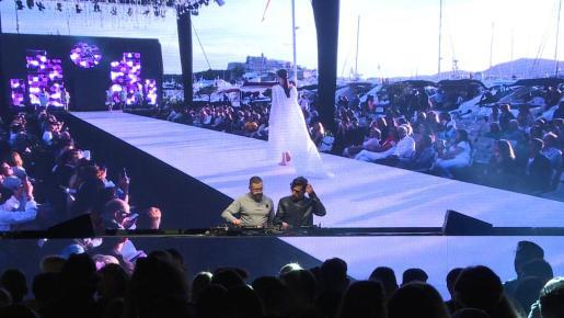 Los dj's de Ibiza Global Radio, José María Ramón y Toni Moreno, en la Piazza XXIV di Maggio de Milán durante su sesión en la que se pudieron ver imágenes de Ibiza y las pasarelas de moda.