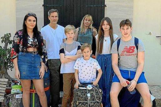 Angus Kennedy, un prestigioso chocolatero con fama internacional, junto a su mujer, Sophia, y sus cinco hijos.