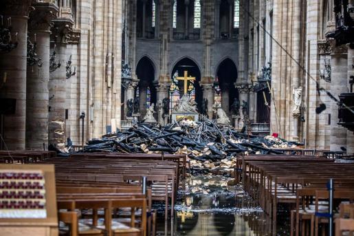 Imagen del interior de la catedral, donde se amontonan los restos de vigas calcinadas tras derrumbarse parte del techo.