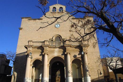 Vista general de la fachada de la iglesia de El Molinar.