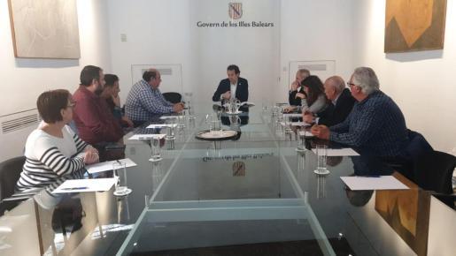 El conseller Marc Pons se ha reunido con una representación de taxistas de nueve municipios de Mallorca para planificar un servicio conjunto.