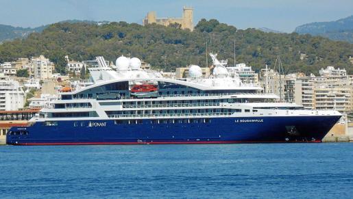 La linea estilizada y en arco del nuevo crucero se inspira en esquemas de los grandes megayates privados.
