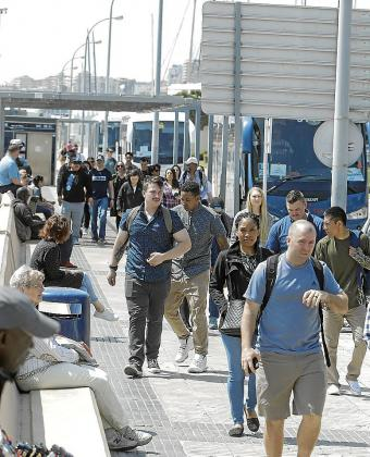 Los militares del portaaviones 'USS Abraham Lincoln' se desplazan a Magaluf y a Palma en autobuses.