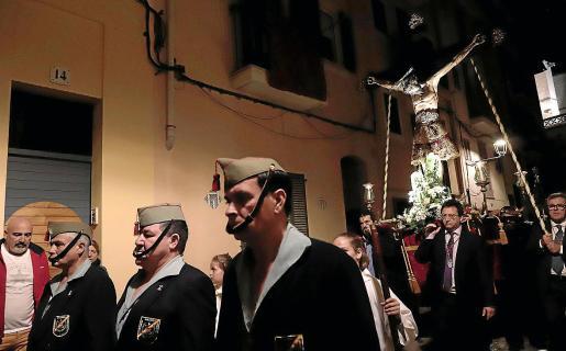 La procesión del Sant Crist de la Santa Creu fue seguida con gran recogimiento por los fieles.