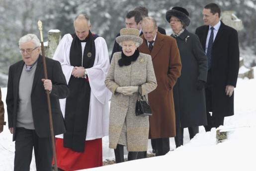 La reina de Inglaterra Isabel II seguida por su marido el duque de Edimburgo abandonan la iglesia de West Newton en King's Lynn, Reino Unido, ayer tras asistir a la misa del domingo.