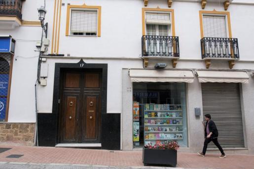 Portal de la vivienda ubicada en la calle La Feria de la localidad malagueña de Coín, donde falleció el menor.