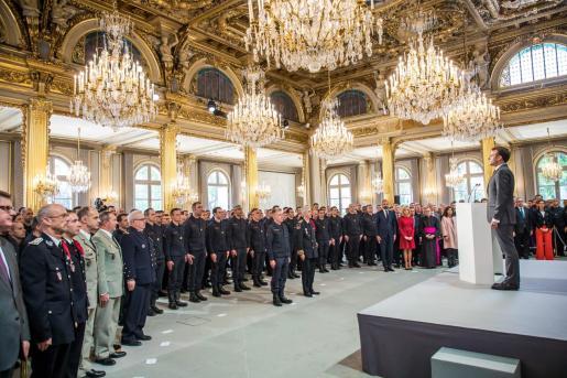 El presidente galo, Emmanuel Macron, durante el homenaje dirigido a los bomberos que trabajaron en la extinción del incendio en la catedral de Notre Dame.