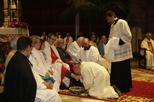 El obispo de Mallorca, durante el lavado de pies a doce representantes de las cofradías.