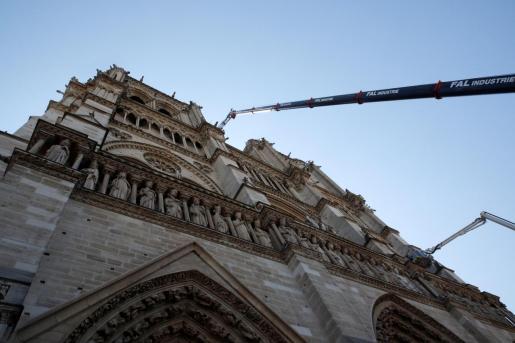 Una grúa trabaja en la fachada de la catedral de Notre Dame este viernes en París.