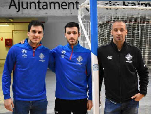 Los jugadores del Palma Futsal Mati Rosa y Eloy Rojas posan junto al técnico Antonio Vadillo en Son Moix.