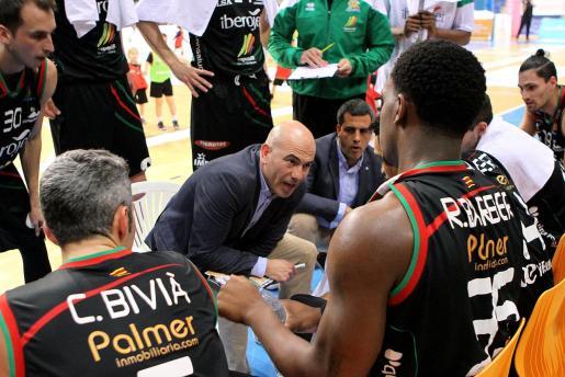 El técnico del Iberojet Palma, Félix Alonso, da instrucciones a sus jugadores durante un tiempo muerto en un partido en Son Moix.