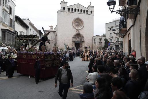 Momentos iniciales de la procesión del Viernes Santo en el centro de Palma.