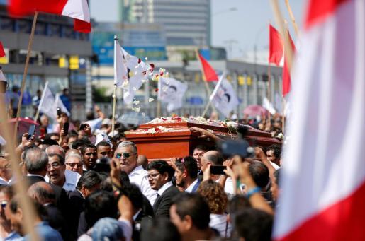Imagen del multitudinario traslado del féretro del expresidente peruano antes de ser incinerado.