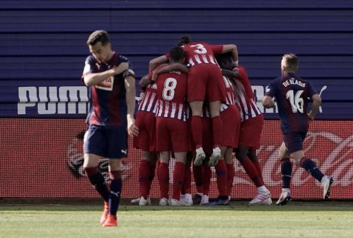 Los futbolistas del Atlético de Madrid celebran el tanto conseguido por Lemar en Ipurua.