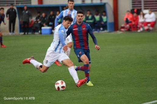El capitán del Atlético Baleares, Francesc Fullana, se dispone a tirar a puerta en un momento del partido disputado ante el Atlético Levante en la Ciudad Deportiva de Buñol.