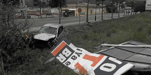 El Ford Fiesta plateado quedó totalmente destrozado ayer por la mañana en la entrada de Andratx.