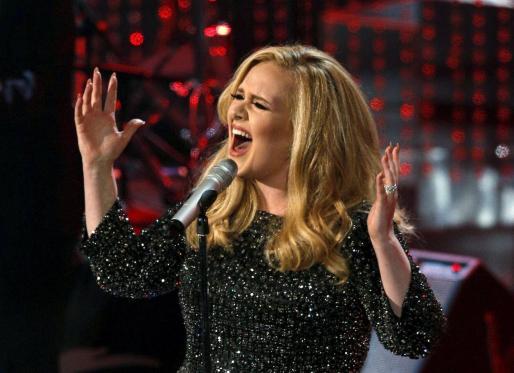 Adele, interpretando un tema durante la gala de los Oscar de 2015.