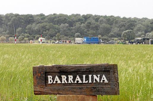 En la mañana de este sábado, el fuerte viento que soplaba en sa Barralina impidió a los jinetes salir a la cancha de juego.