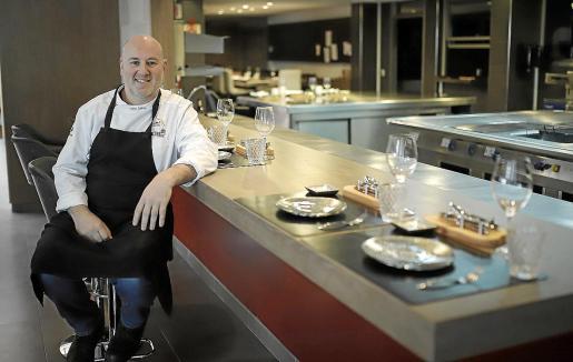 Tomeu Caldentey, en una de las barras para los comensales situada frente a la cocina del restaurante.